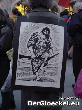 zahlreiche friedliche Demonstranten und Parolen