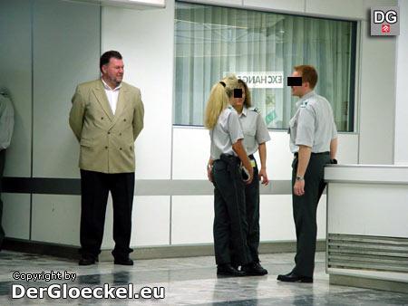 Zollwachebeamte im Dienst am 1.5.2004 am Ariport Wien-Schwechat