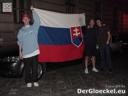 Bürger von Bratislava ziehen mit ihrer Landesfahne durch die Stadt