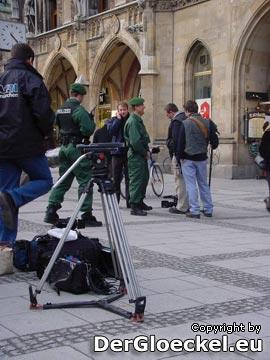 16:45 wartende Presse & Polizei