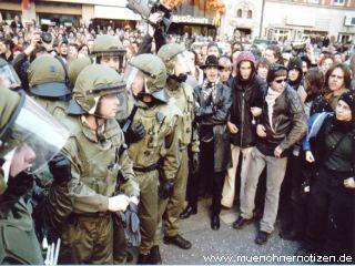 Polizisten schützen ihre Fahrzeuge vor Sachbeschädigung bei NATO Sicherheitskonferenz