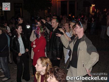 Menschen aller Altersgruppen tanzten im Stadtzentrum