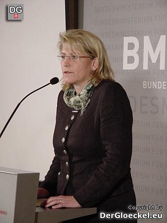 Bundesministerin (Justiz) Karin Gastinger mit Pin bei der PK zum informellen Treffen der Justiz- und Innenminister