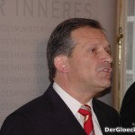 Innenminister Dr. Ernst STRASSER bei der Verkündigung seines Rücktrittes am 10.12.2004 als Innenminister