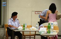 Sengende Hitze - das Unterstützungsinstitut der Polizei brachte Getränke und Nahrung