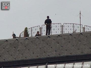 Polizeikräfte sichern das Gelände vom Dach