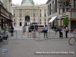 unkoordinierte Polizeimaßnahmen - Trotz Ausweisung dieser Zugangsstelle im offiziellen Veranstaltungsplan wurden Medienvertreter abgewiesen