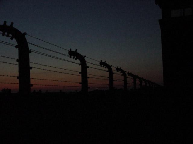 Außensicherungsanlage auf der Frontseite des Konzentrationslagers Auschwitz - Brikenau bei Nachteinbruch 2005
