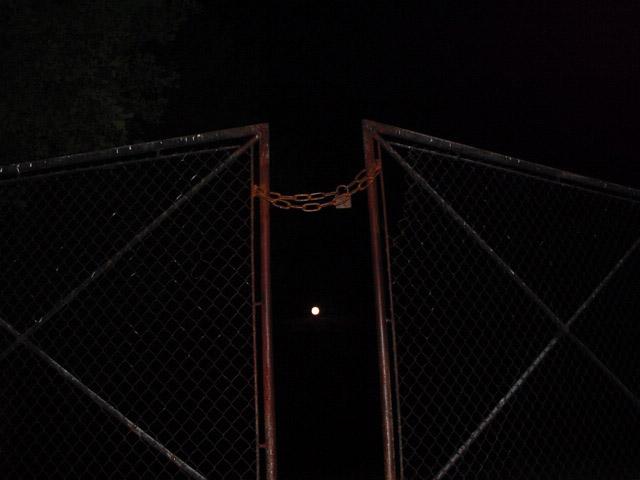 Einfahrt auf der Rückseite des Konzentrationslagers Auschwitz Birkenau bei Nacht und Vollmond, nächst Bunker 2/V 2005