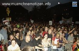 friedliche Teilnehmer bei der Abschlußkundgebung