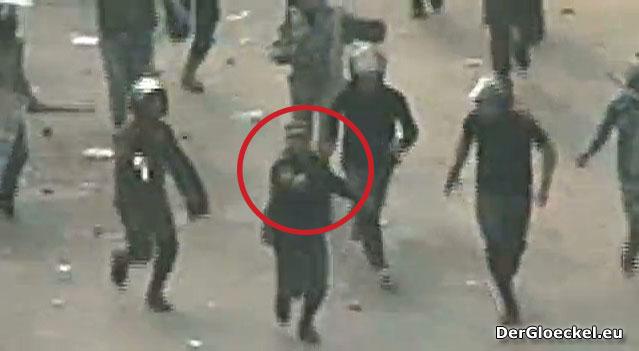 Ägyptische Soldaten schießen am 17.12.2011 auf flüchtende Demonstranten