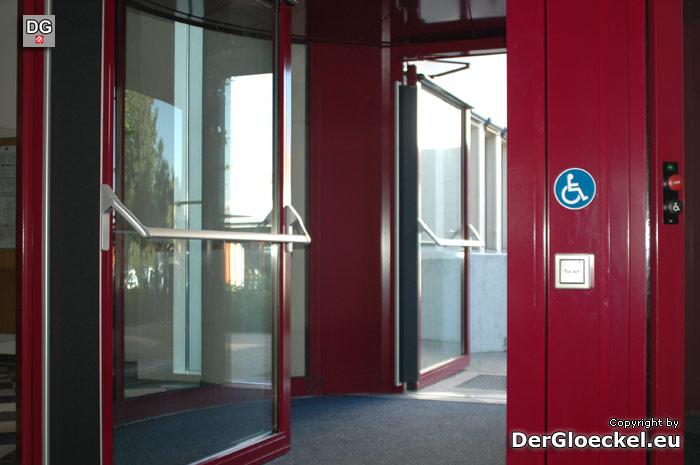 neue Eingangstüre auf der BH Bruck an der Leitha | Foto: DerGloeckel.eu